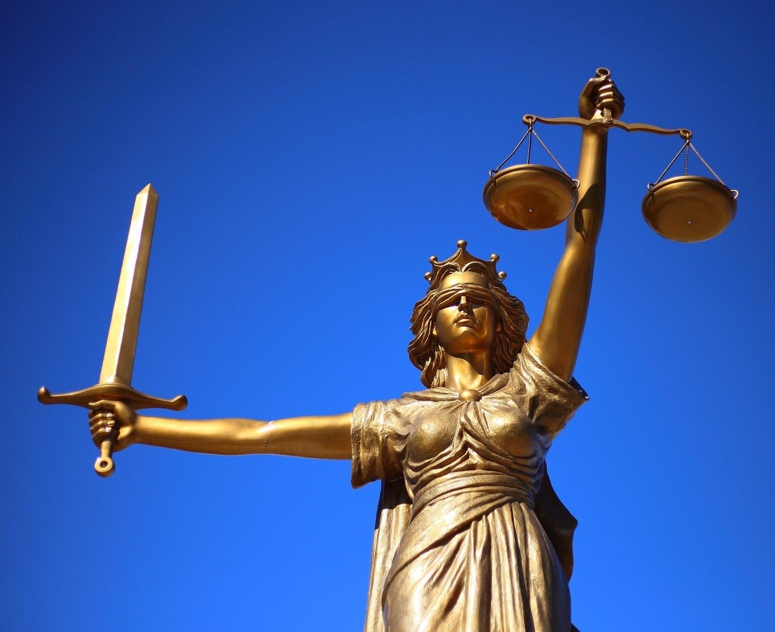 justicia horizontal fondo cielo cuadrada